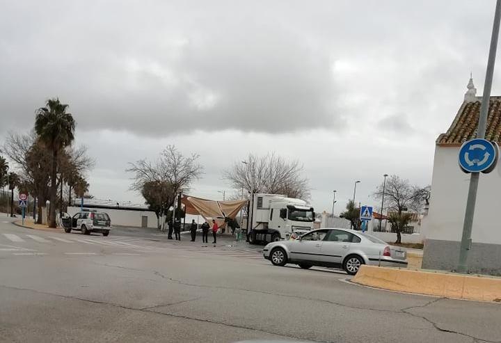 AionSur: Noticias de Sevilla, sus Comarcas y Andalucía 140589879_159810099014505_1262063667192648898_n-min Un tráiler se lleva por delante parte de la estructura de toldos del recinto ferial de Arahal Arahal