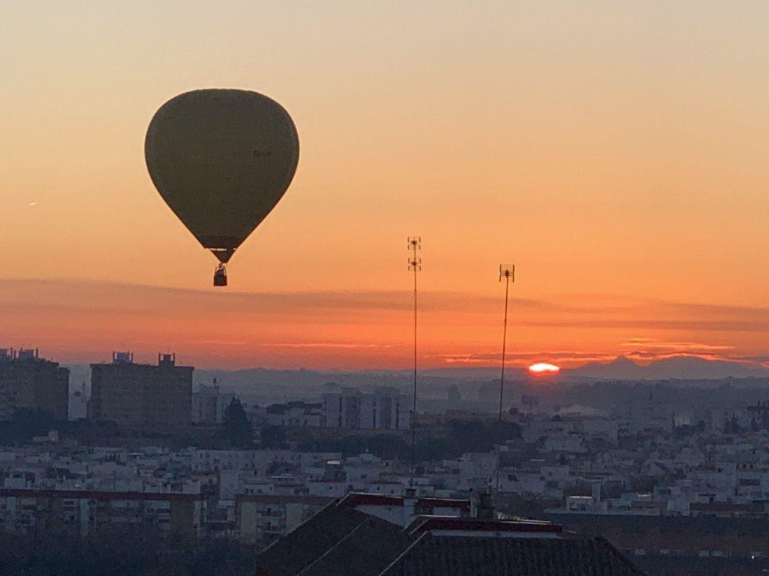 AionSur heraldo-globo El Heraldo anuncia desde un globo en Sevilla que llegan los Reyes Magos Sociedad destacado