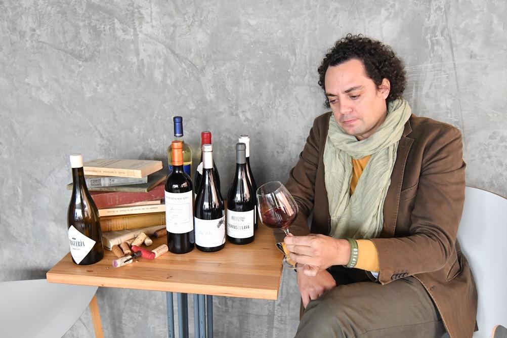AionSur: Noticias de Sevilla, sus Comarcas y Andalucía tomares-vinos La idea de un amante del vino de Tomares que ha dado la vuelta a España Sociedad