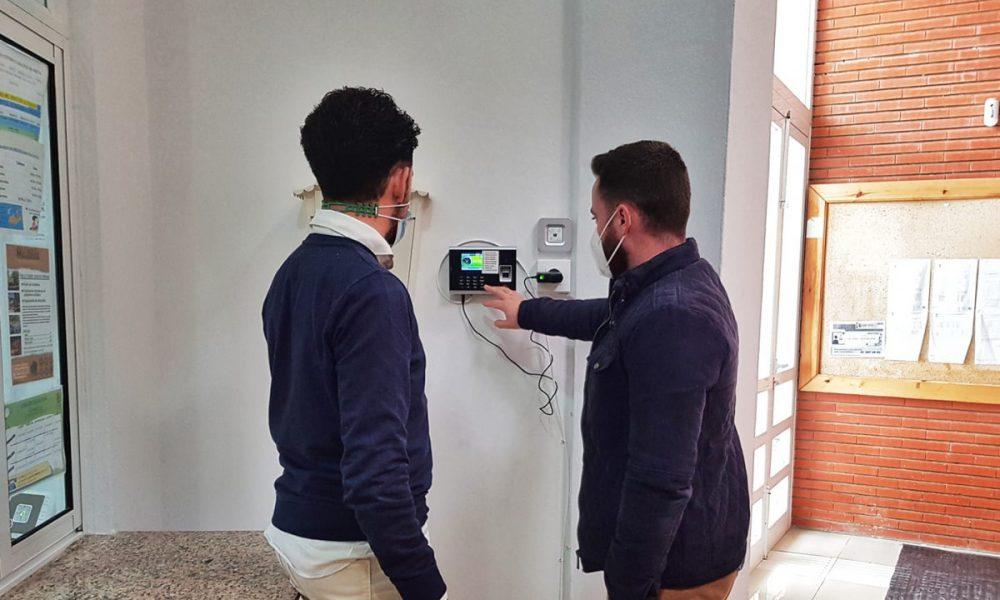 Pruna instala control de huellas para vigilar el cumplimiento de horarios de los trabajadores municipales