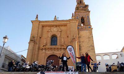 Un arahalense gana el trofeo Mototurismo Sevilla y se lo entregan en la plaza del Santo Cristo