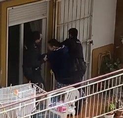 AionSur: Noticias de Sevilla, sus Comarcas y Andalucía rescate-balcon-250x240 Rescatan a un bebé de un balcón desde el que la madre pedía ayuda Sucesos Sevilla noticias Sevilla información Sevilla actualidad Sevilla rescate Policía bebé rescatado bebé