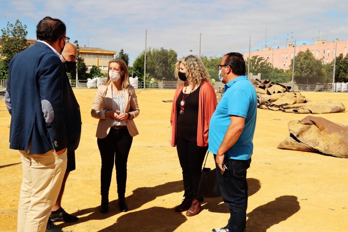 Alcalá de Guadaíra inicia la renovación del césped artificial del campo de fútbol de Malasmañanas