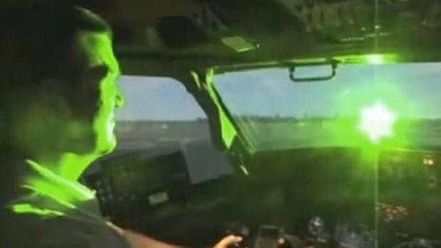 Recreación de como puede afectar un puntero láser a la visión de un piloto de aviones